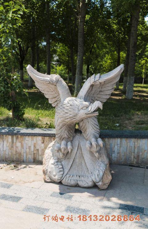 展翅的老鹰石雕