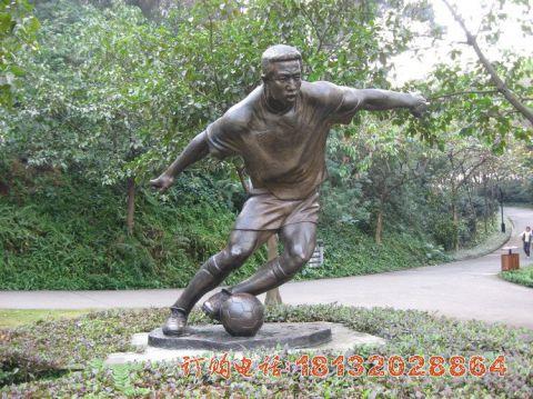 铜雕踢足球人物